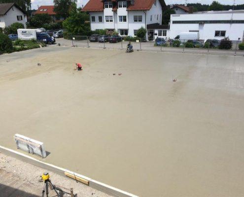 Ein großer Schritt ist getan. Der Betondecke für 600 Tonnen Glas ist gegossen. Nachmittag